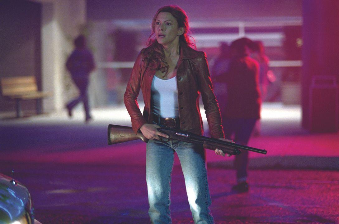 Nimmt den Kampf gegen die blutrünstigen Bestien auf: Sheriff Sam Parker (Kari Wuhrer) - Bildquelle: Warner Bros. Pictures