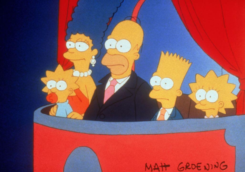 Bei einem Intelligenztest in der Schule vertauscht Bart (2.v.r.) seinen Testbogen mit dem des Klassenprimus. Danach wird er vom Schulpsychologen auf... - Bildquelle: TM + © 2000 Twentieth Century Fox Film Corporation. All Rights Reserved.