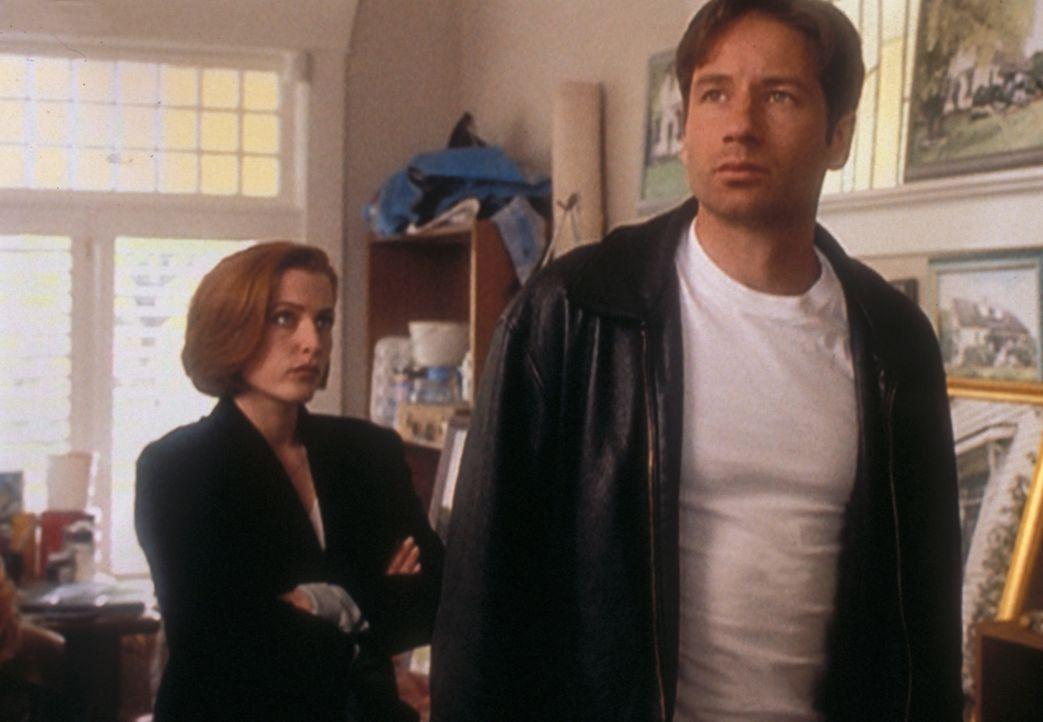 Als Scully (Gillian Anderson, l.) und Mulder (David Duchovny, r.) in einem Mordfall ermitteln, gerät Mulder schon bald selbst unter Tatverdacht. - Bildquelle: TM +   2000 Twentieth Century Fox Film Corporation. All Rights Reserved.