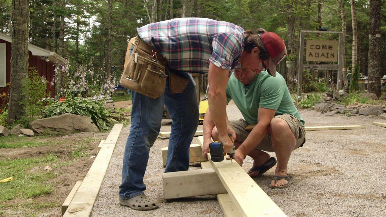 Um die Einfahrt sinnvoll zu nutzen, wollen Kevin (hinten) und Andrew (vorne) dort eine Spielfläche für verschiedene Sportarten errichten ... - Bildquelle: Brojects Ontario Ltd./Brojects NS Ltd