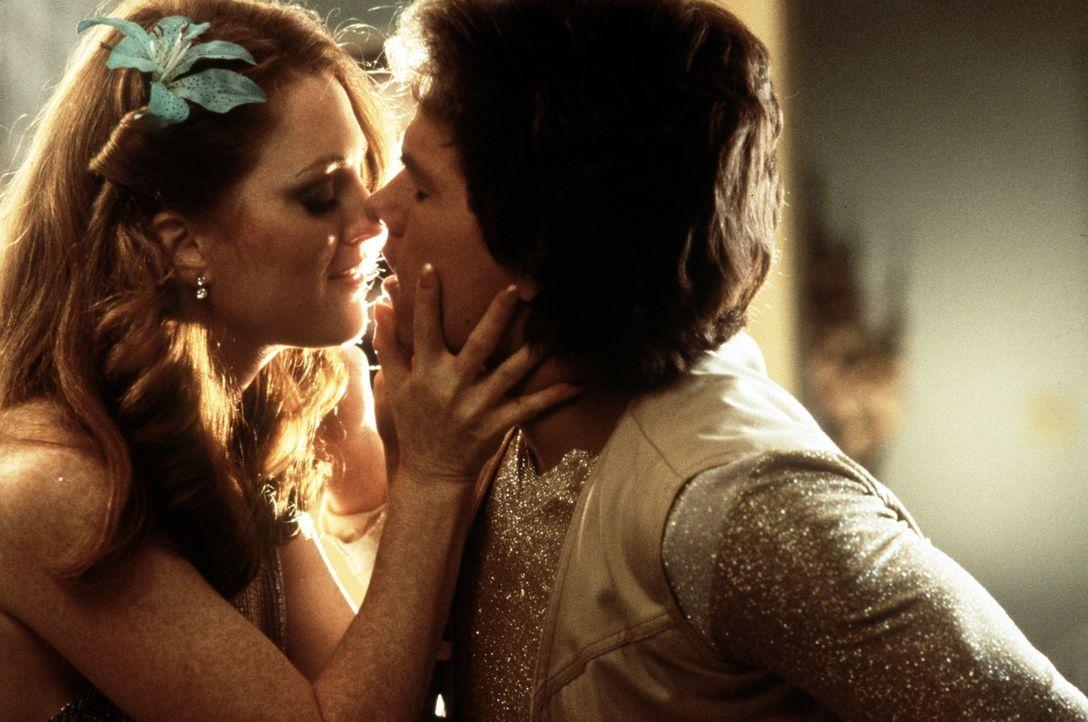 Amber (Julianne Moore, l.) findet ihren neuen Kollegen Eddie (Mark Wahlberg, r.) einfach süß ... - Bildquelle: New Line Cinema