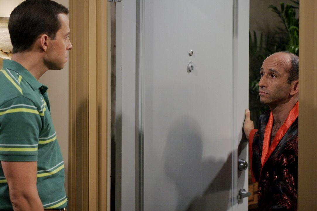 Die Scheidung von Alan (Jon Cryer, l.) und Kandi steht bevor. Alan streitet mit ihr über das Sorgerecht für ihren gemeinsamen Hund Chester und droht... - Bildquelle: Warner Brothers Entertainment Inc.