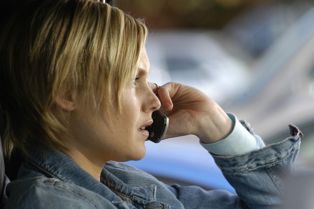 """Lily (Laura Allen) ist um Richard besorgt, der von einem Polizisten als """"AWOL 4400""""  erkannt und daraufhin verhaftet wurde ... - Bildquelle: Viacom Productions Inc."""