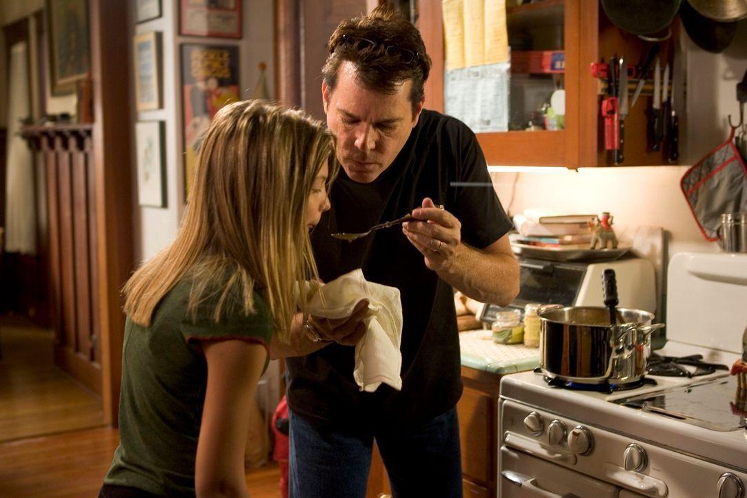 Eine trügerische Idylle: Während Vater Tom (Ray Liotta, r.) und Tochter Nicole (Carson Brown, l.) das Essen zubereiten, geht die Mutter und Ehefrau...