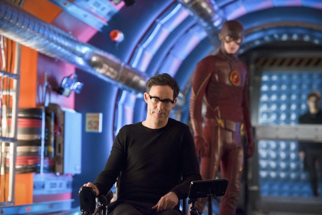 Barry alias The Flash (Grant Gustin, r.) reist in die Vergangenheit, um von seinem alten Feind, aber Mentor Dr. Wells (Tom Cavanagh, l.) zu lernen,... - Bildquelle: Warner Bros. Entertainment, Inc.