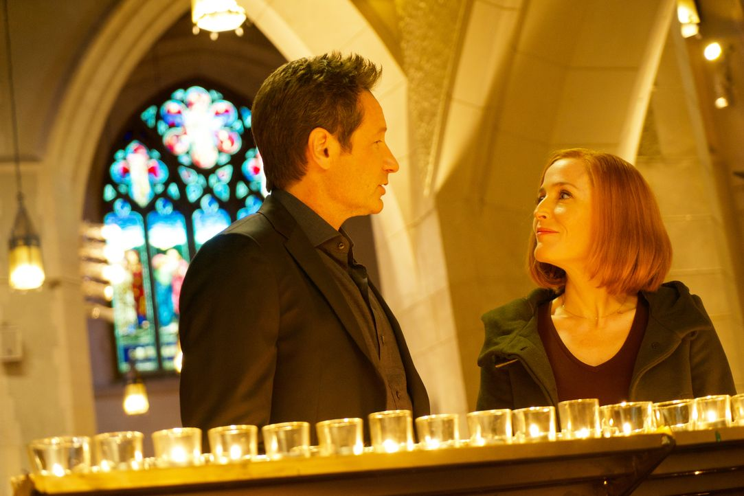 Nachdem eine illegale Organentnahme tödlich endet, beginnen Mulder (David Duchovny, l.) und Scully (Gillian Anderson, r.) mit den Ermittlungen und s... - Bildquelle: Shane Harvey 2018 Fox and its related entities. All rights reserved. / Shane Harvey