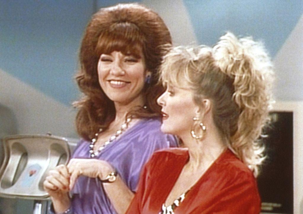 Als Peggy (Katey Sagal, l.) ihre frühere Mitschülerin Mimi (Deborah Harmon, r.) auf der Bowlingbahn wiedertrifft, kommt es sofort wieder zu Streiter... - Bildquelle: Sony Pictures Television International. All Rights Reserved.