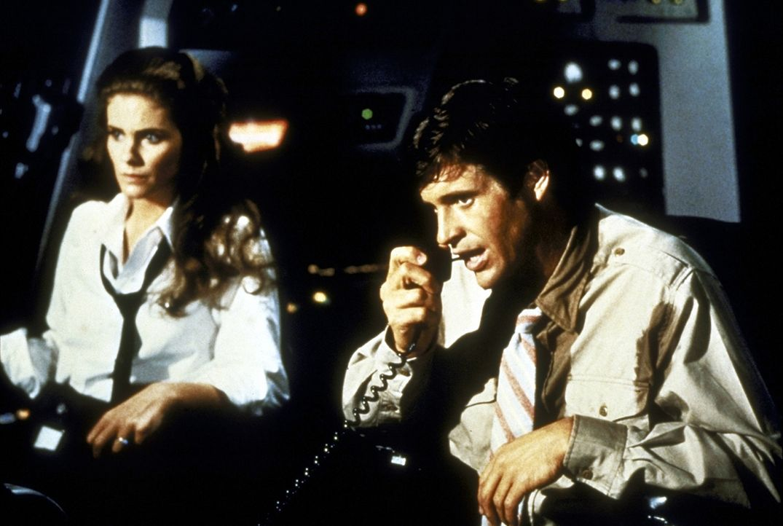 Retter in der Not: Nur der tapfere Ted Striker (Robert Hayes, r.) und seine unwiderstehlich schöne Freundin Elaine (Julie Hagerty, l.) können das... - Bildquelle: Paramount Pictures