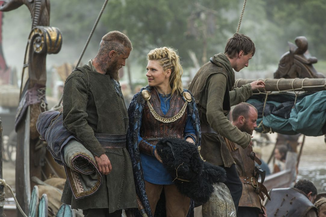 Stechen mit den anderen Wikingern in See: Lagertha (Katheryn Winnick, r.) und Ragnar (Travis Fimmel, l.), doch wird ihre Reise ein Erfolg werden? - Bildquelle: 2015 TM PRODUCTIONS LIMITED / T5 VIKINGS III PRODUCTIONS INC. ALL RIGHTS RESERVED.