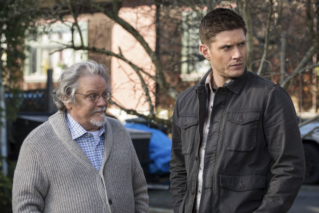 Donatello Redfield (Keith Szarabajka, l.); Dean Winchester (Jensen Ackles, r.) - Bildquelle: Dean Buscher 2018 The CW Network, LLC All Rights Reserved / Dean Buscher