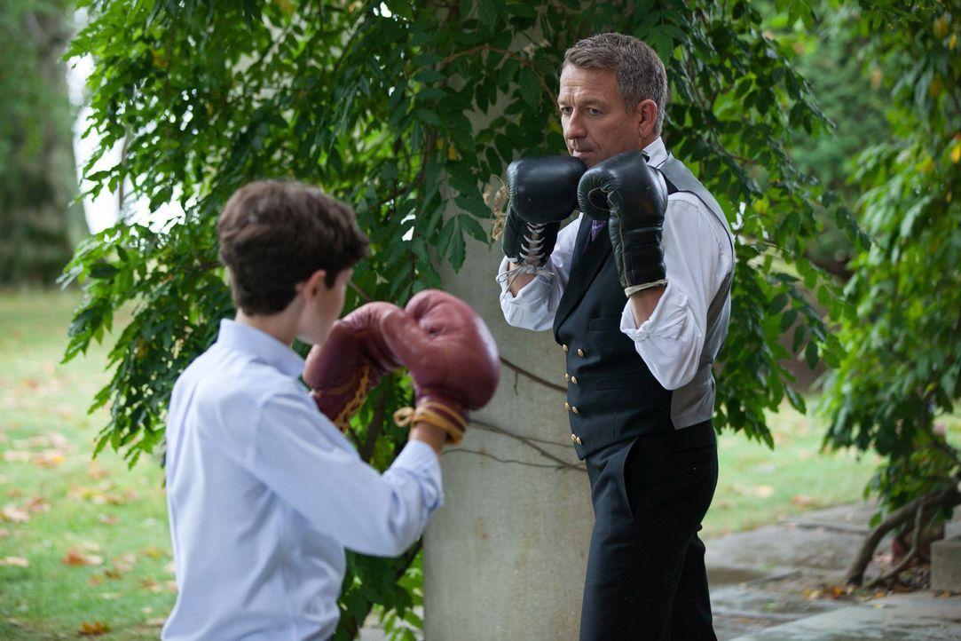 Nach alldem was gesehen ist, bringt Alfred (Sean Pertwee, r.) Bruce (David Mazouz, l.) bei, wie man kämpft, während Selina vorrübergehend bei ihnen... - Bildquelle: Warner Bros. Entertainment, Inc.