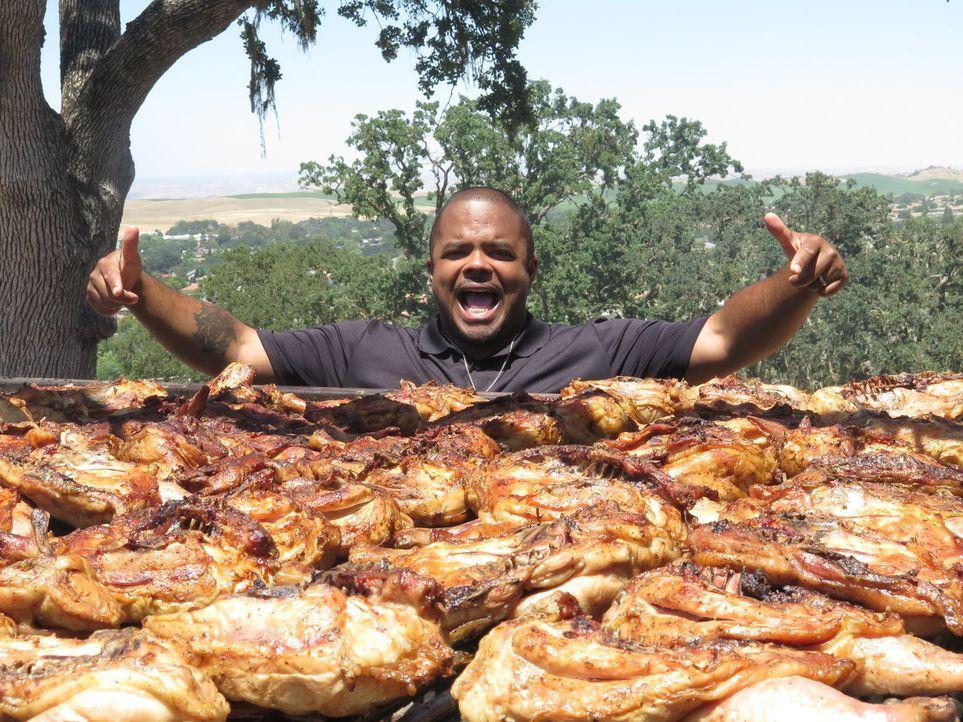 Roger Mooking kann seinen Augen kaum trauen: Ein Ingenieur hat einen ganz speziellen Grill gebaut, auf dem 300 kg Fleisch gegrillt werden können! - Bildquelle: 2017,Cooking Channel, LLC. All Rights Reserved