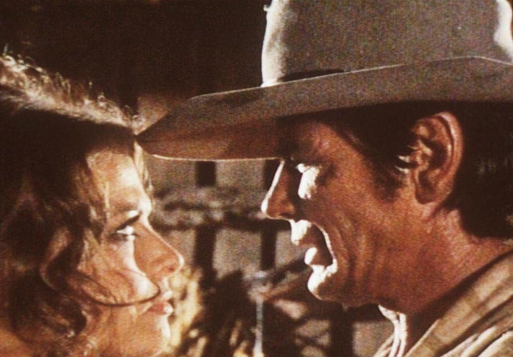 Der geheimnisvolle Mundharmonikaspieler (Charles Bronson, r.) steht der Witwe Jill McBain (Claudia Cardinale, l.) tapfer zur Seite ... - Bildquelle: Paramount Pictures