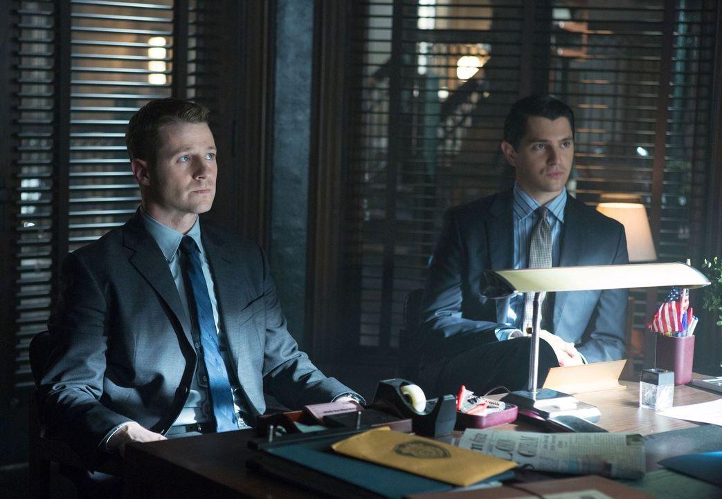 Nach alldem was geschehen ist, werden sie von Bürgermeister James zur Rechenschaft gezogen: Harvey Dent (Nicholas D'Agosto, r.) und  Gordon (Ben McK... - Bildquelle: Warner Bros. Entertainment, Inc.