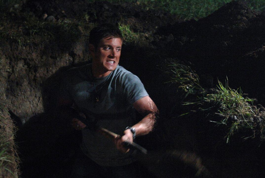Dean (Jensen Ackles) hat das richtige Grab gefunden, jetzt muss er es noch ausheben um die Knochen zu zerstören: Wird er es rechtzeitig schaffen? - Bildquelle: Warner Bros. Television