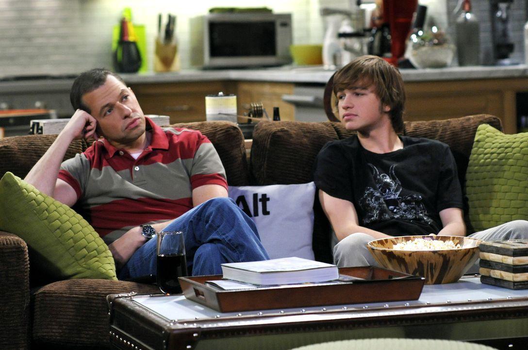 Männerabend: Alan (Jon Cryer, l.) und Jake (Angus T. Jones, r.) ... - Bildquelle: Warner Brothers Entertainment Inc.