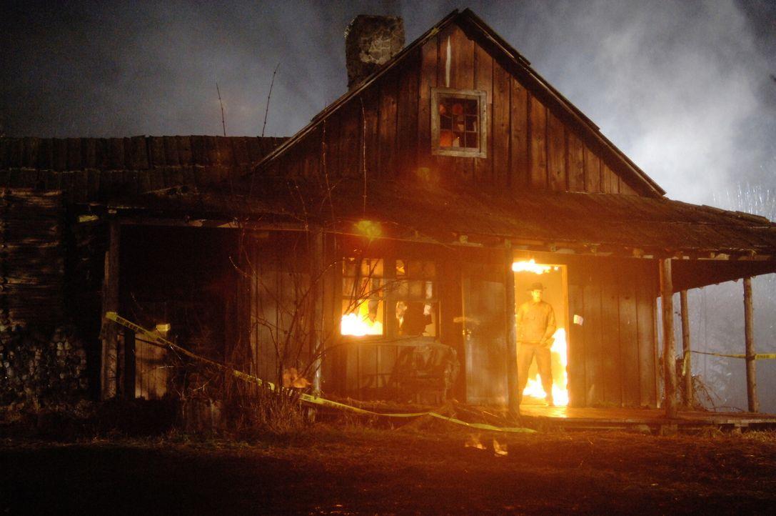 Sam und Dean kommen zu dem Entschluss, dass Haus abzubrennen, denn ohne Geisterhaus, gibt es auch keinen Geist (Nicholas Harrison) mehr ... - Bildquelle: Warner Bros. Television