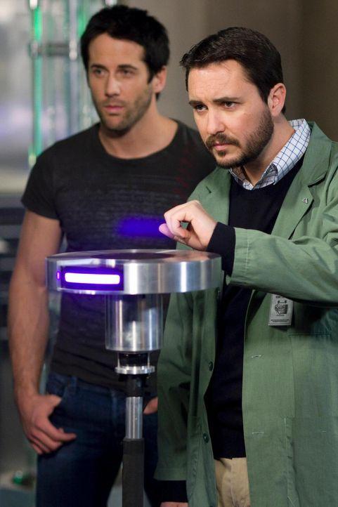 """Zane (Niall Matter, l.) und Dr. Parrish (Will Wheaton, r.) arbeiten im Labor an nicht-tödlichen Waffen, sogenannten """"NITWAFs"""", die bei Demonstration... - Bildquelle: Universal Television"""