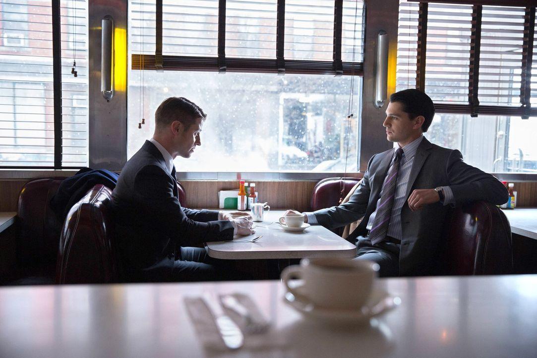 Gordon (Ben McKenzie, l.) versucht sich gemeinsam mit Harvey Dent (Nicholas D'Agosto, r.) weiter gegen Comissioner Loeb zu positionieren ... - Bildquelle: Warner Bros. Entertainment, Inc.