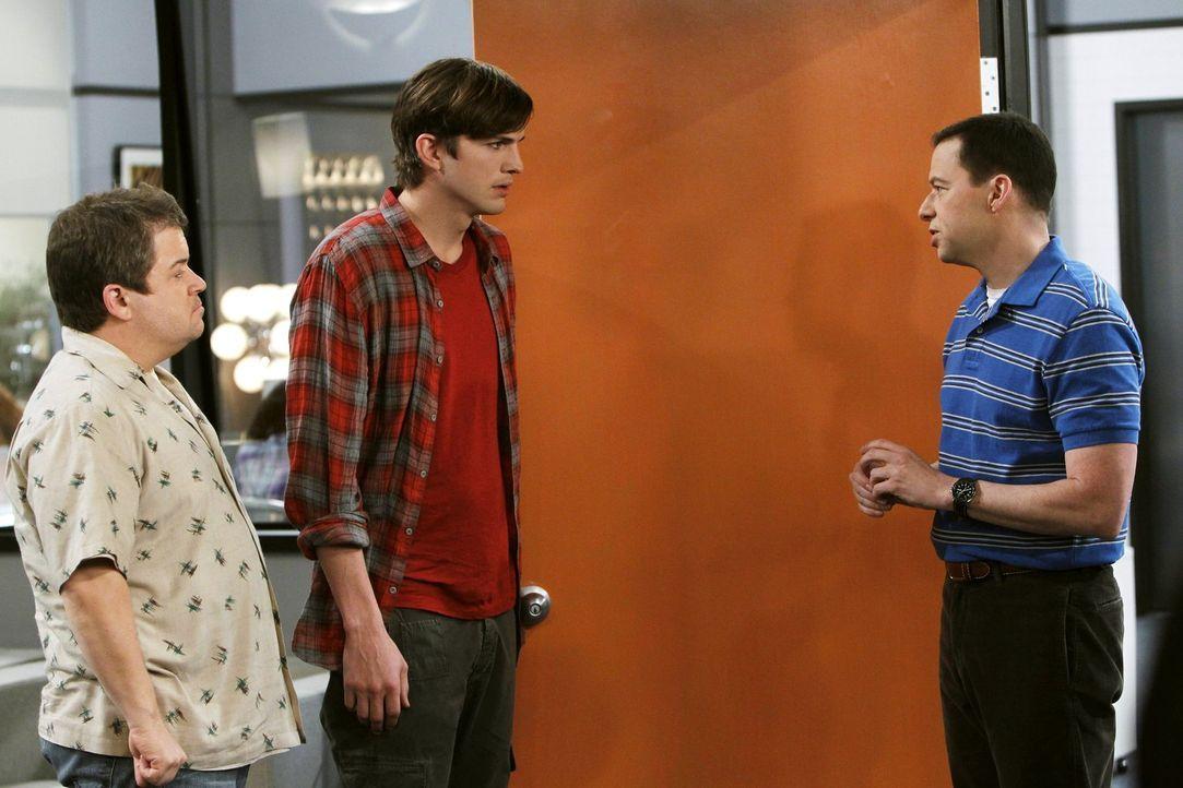 Jake und Eldridge haben ihren Highschool-Abschluss bestanden und müssen nun eine Entscheidung über ihre Zukunft treffen. Alan (Jon Cryer, r.) bittet... - Bildquelle: Warner Brothers Entertainment Inc.