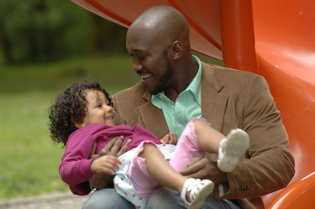 Richard (Mahershalhashbaz Ali, r.) stattet seiner Tochter Isabelle (Jordan Lasora-Simon, l.) einen Überraschungsbesuch ab - mit einem fragwürdigen P... - Bildquelle: Alan Zenuk Viacom Productions Inc.