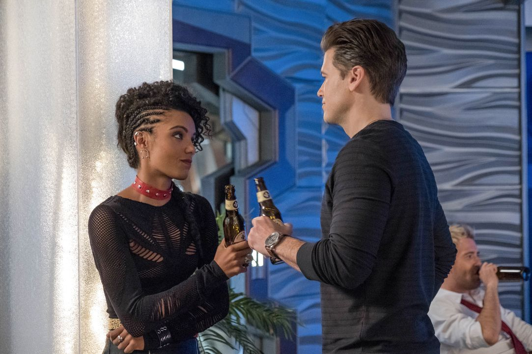 Charlie (Maisie Richardson-Sellers, l.); Nate (Nick Zano, r.) - Bildquelle: Jack Rowand 2018 The CW Network, LLC. All rights reserved. / Jack Rowand