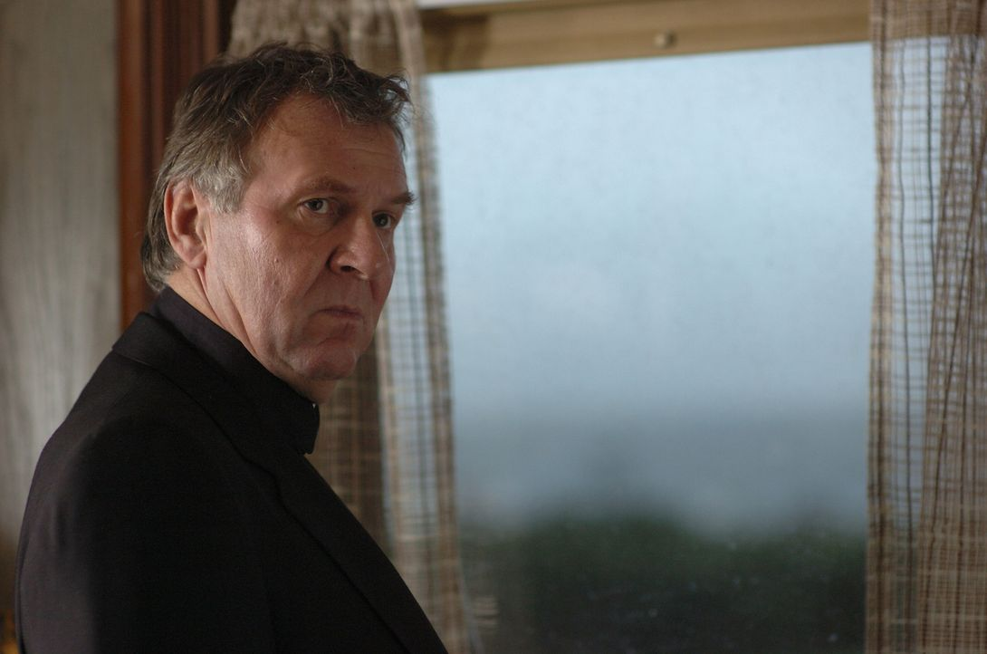 Als Pfarrer Moore (Tom Wilkinson) einen Exorzismus bei einer jungen Studentin durchführt, kommt diese dabei zu Tode. Der Geistliche wird daraufhin w... - Bildquelle: Sony Pictures Television International. All Rights Reserved.