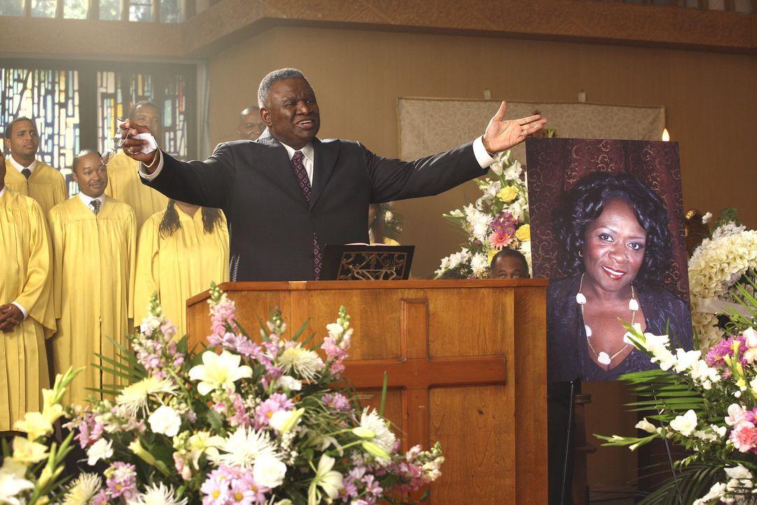 Lavernes Beerdigung: Im Gottesdienst bittet der Priester (George Wallace) jeden Anwesenden, sich nur ein paar Minuten am Tag für sich selbst zu nehm... - Bildquelle: Touchstone Television