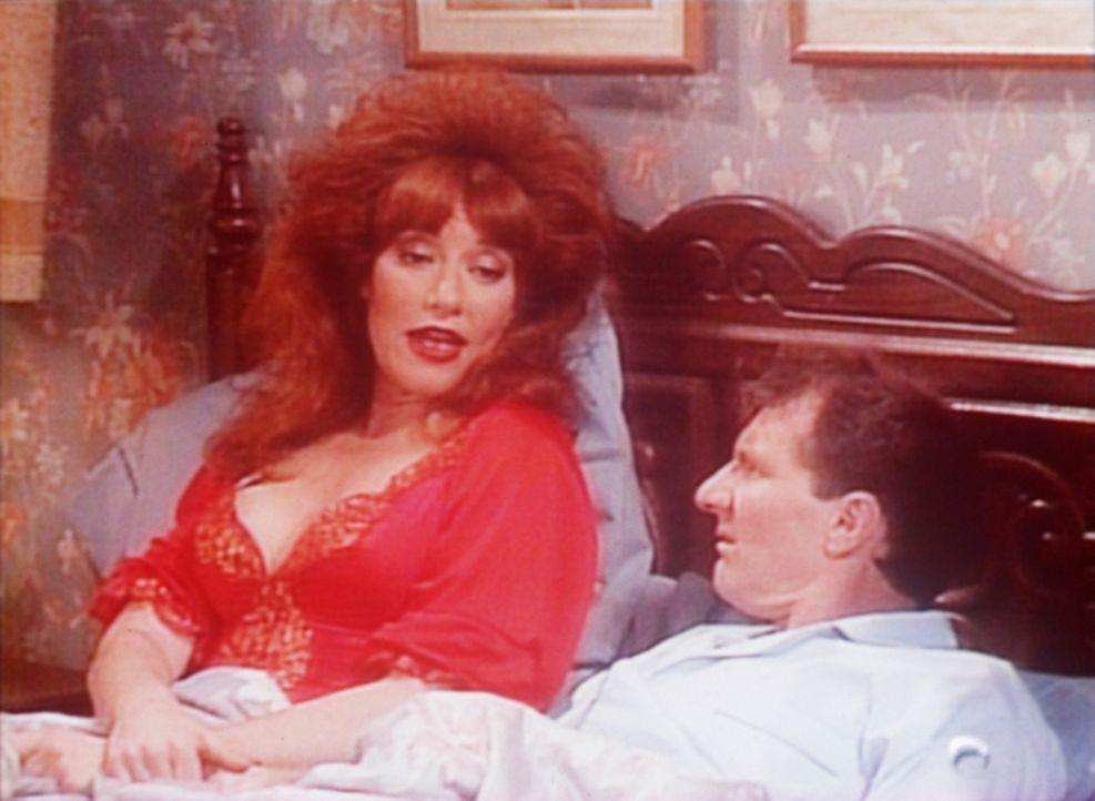 Peggy (Katey Sagal, l.) versucht Al (Ed O'Neill, r.) zu beruhigen, der einen Alptraum hatte. - Bildquelle: Sony Pictures Television International. All Rights Reserved.