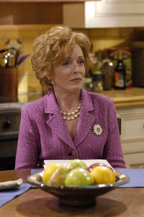Unter Alkoholeinfluss kommen Charlie und Alan auf die Idee, sich endlich gegen ihre Mutter Evelyn (Holland Taylor) durchzusetzen ... - Bildquelle: Warner Brothers Entertainment Inc.