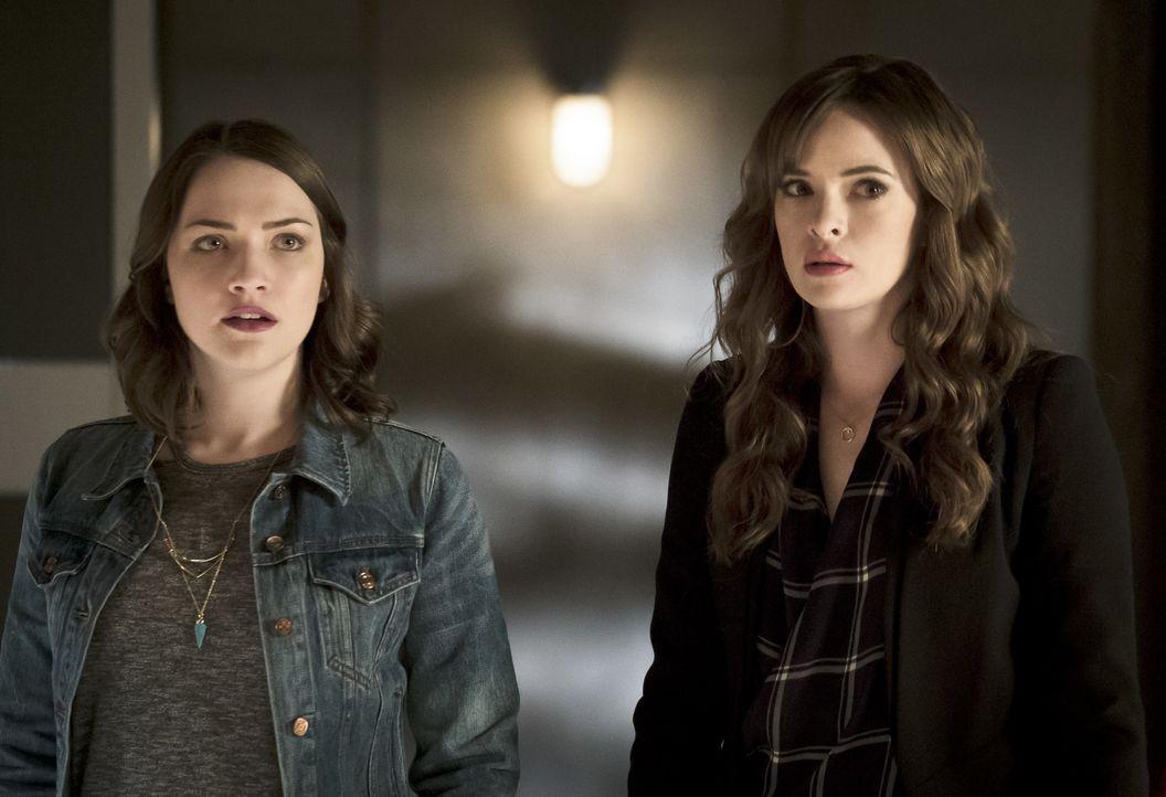 Noch ahnen Jesse (Violett Beane, l.) und Caitlin (Danielle Panabaker, r.) nicht, dass schon bald nichts mehr so sein wird, wie es mal war ... - Bildquelle: Warner Bros. Entertainment, Inc.
