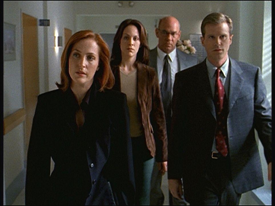 (v.l.n.r.) Scully (Gillian Anderson), Reyes (Annebeth Gish), Skinner (Mitch Pileggi) und Follmer (Cary Elwes) haben erfahren, dass John Doggett ange... - Bildquelle: TM +   Twentieth Century Fox Film Corporation. All Rights Reserved.