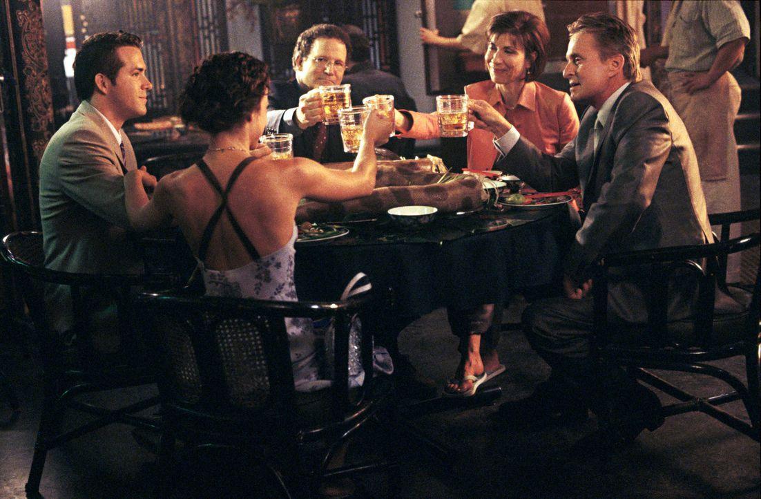 Ein gemütliches Essen: (v.l.n.r.) Mark (Ryan Reynolds), Melissa (Lindsay Sloane), Jerry (Albert Brooks), Katherine (Maria Ricossa) und Steve (Michae... - Bildquelle: Warner Bros.