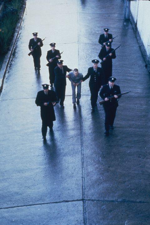 Nachdem er nach drei Jahren aus der Isolationshaft entlassen wurde, tötet Henri Young (Kevin Bacon, M.) den Mitgefangenen, der damals seine Flucht v... - Bildquelle: Warner Bros.