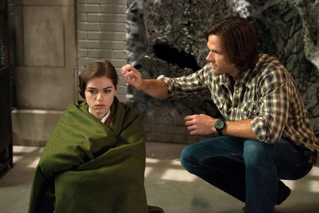 Sam (Jared Padalecki, r.) versucht zu verstehen, was mit Dorothy (Kaniehtiio Horn, l.) vor 75 Jahren geschehen ist ... - Bildquelle: 2013 Warner Brothers