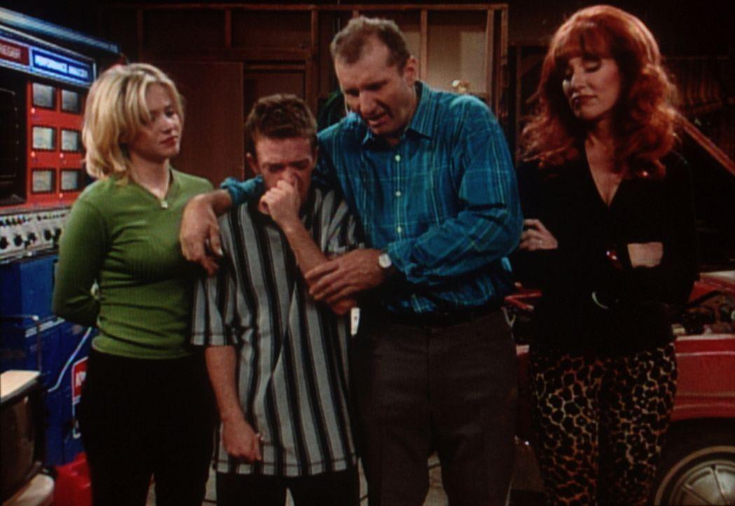 Al (Ed O'Neill 2.v.r.) tröstet die heimlich kichernde Familie: Der Dodge hat das Zeitliche gesegnet. - Bildquelle: Sony Pictures Television International. All Rights Reserved.