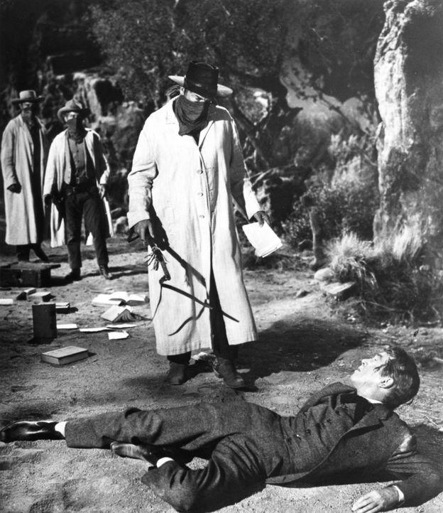 Wer hat damals wirklich die kleine Pionierstadt Shinbone vom Terror des schießwütigen Desperados Liberty Valance (Lee Marvin, stehend) befreit? Anwa...
