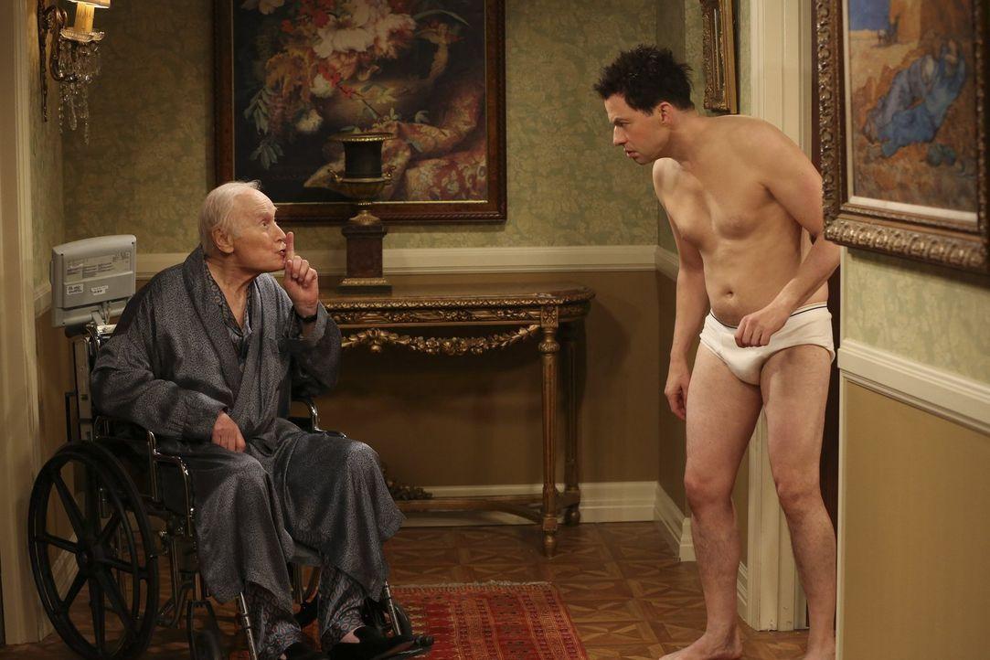 Als Victor (George Coe, l.), der Ehemann seiner neuen Freundin, aus dem Koma erwacht, steht Alan (Jon Cryer, r.) vor einem Problem ... - Bildquelle: Warner Brothers Entertainment Inc.