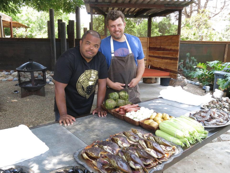Roger Mooking (l.) - Bildquelle: 2015,Cooking Channel, LLC. All Rights Reserved.