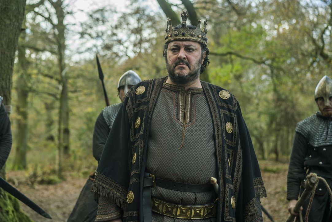 In Northumbria wird Ragnar von König Aelle (Ivan Kaye) mit offenen Armen empfangen. Jahrelang hat dieser den Tag herbeigesehnt, an dem er sich an Ra... - Bildquelle: 2016 TM PRODUCTIONS LIMITED / T5 VIKINGS III PRODUCTIONS INC. ALL RIGHTS RESERVED.