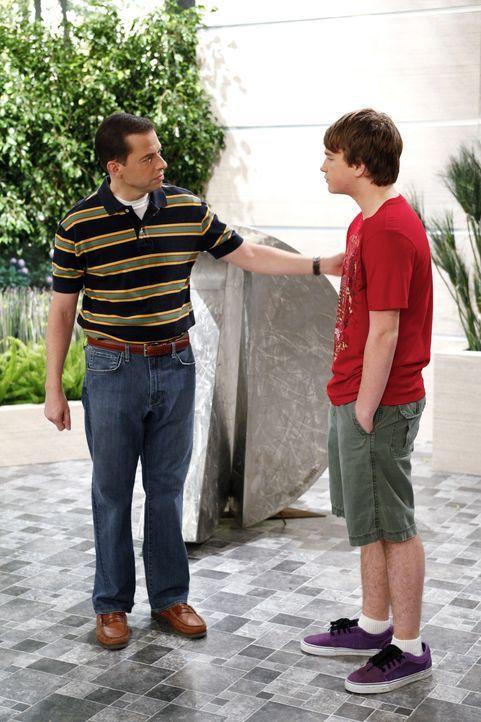 Als Charlie ihm die Tour versaut, rächt sich Jake (Angus T. Jones, r.) mit einer Gemeinheit: Er lädt Evelyn zu einem Geburtstagsessen ein. Um ihre M... - Bildquelle: Warner Bros. Television