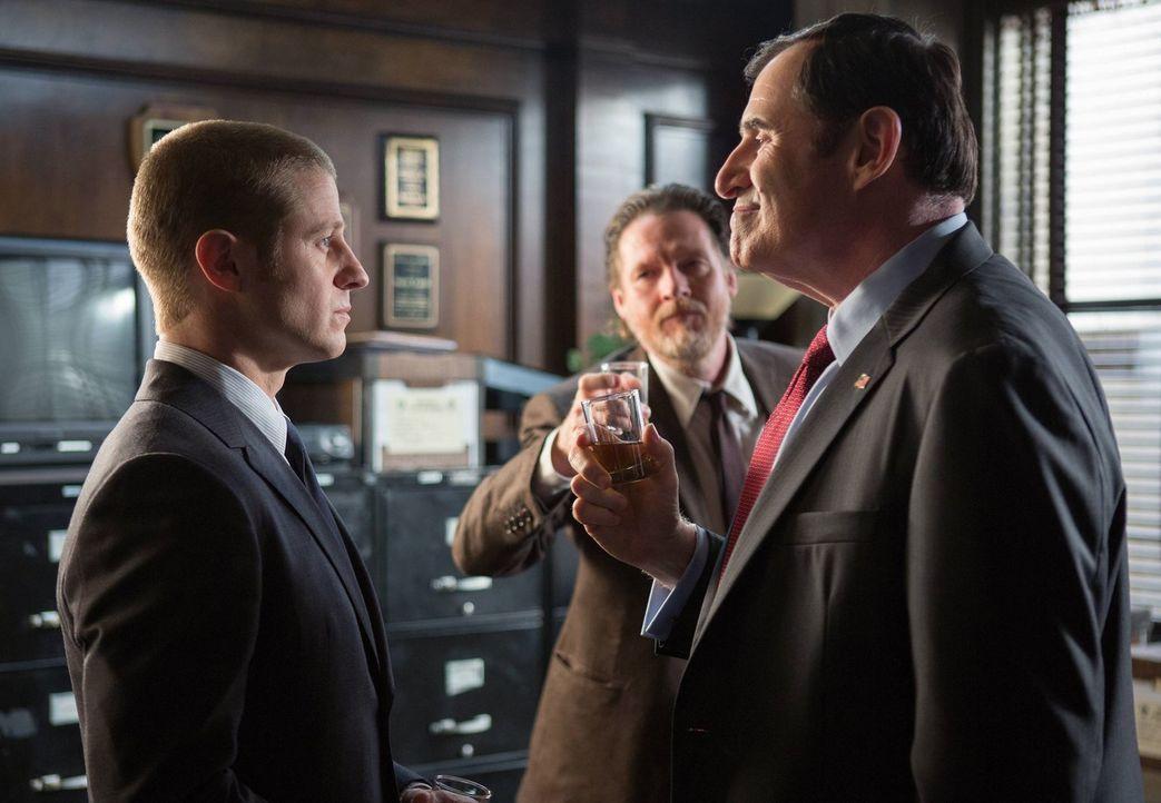 Als ein Menschenhändlerring, der sich auf Kinder spezialisiert hat, in Gotham sein Unwesen treibt, versuchen James Gordon (Ben McKenzie, l.) und Har... - Bildquelle: Warner Bros. Entertainment, Inc.