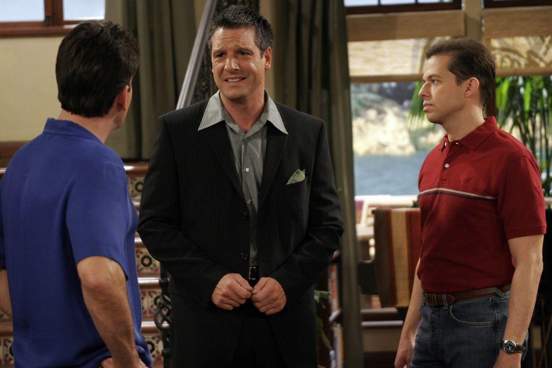 Als der homosexuelle Eric (David Starzyk, M.) Charlie (Charlie Sheen , l.) zu einer Cocktailparty unter Gleichgesinnten einlädt, überredet Charlie s... - Bildquelle: Warner Bros. Television