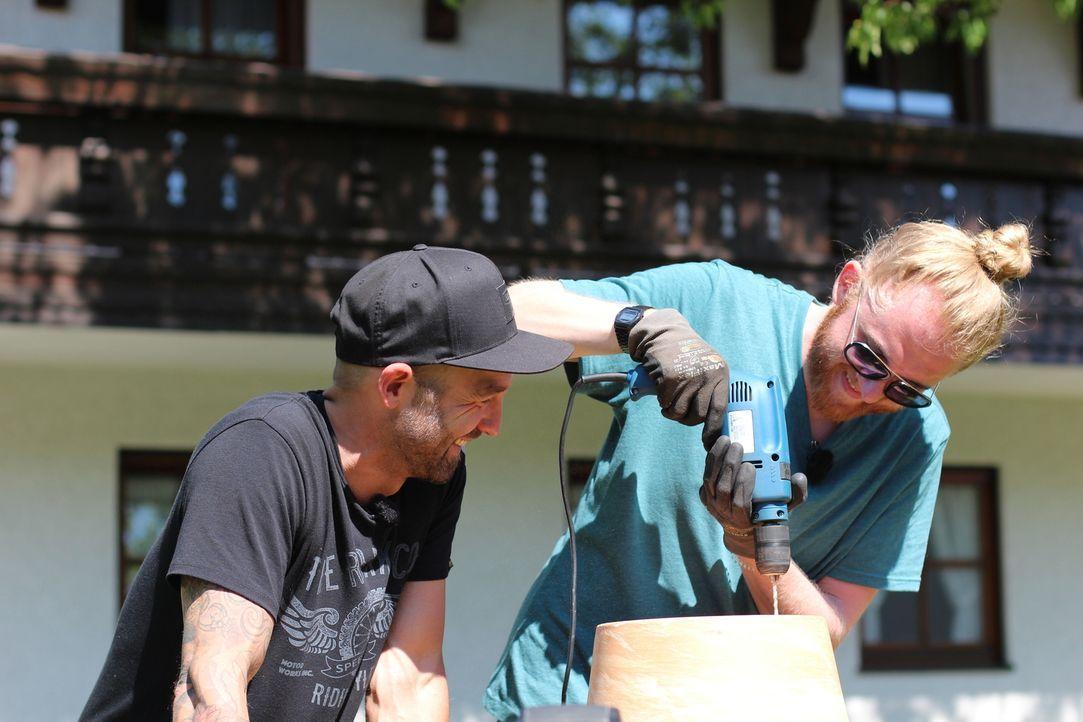 """Niels Peter Jensen (l.) und Christoph """"Icke"""" Dommisch (r.) nehmen verschiedene Internetvideos unter die Lupe und testen diese im Selbstexperiment ... - Bildquelle: ProSieben MAXX"""