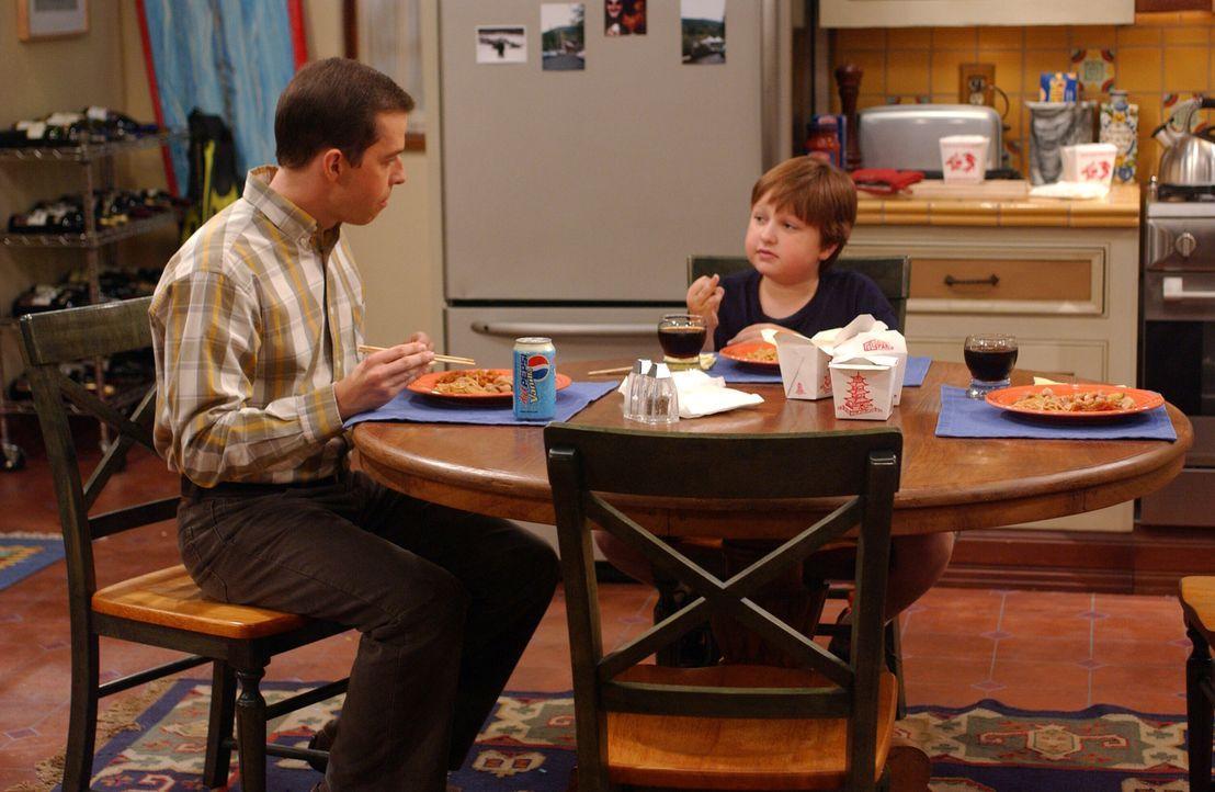 Jake (Angus T. Jones, r.) hat seiner Lehrerin den Mittelinger gezeigt – jetzt droht ihm der Schulverweis. Alan (Jon Cryer, l.) ist außer sich ... - Bildquelle: Warner Bros. Television