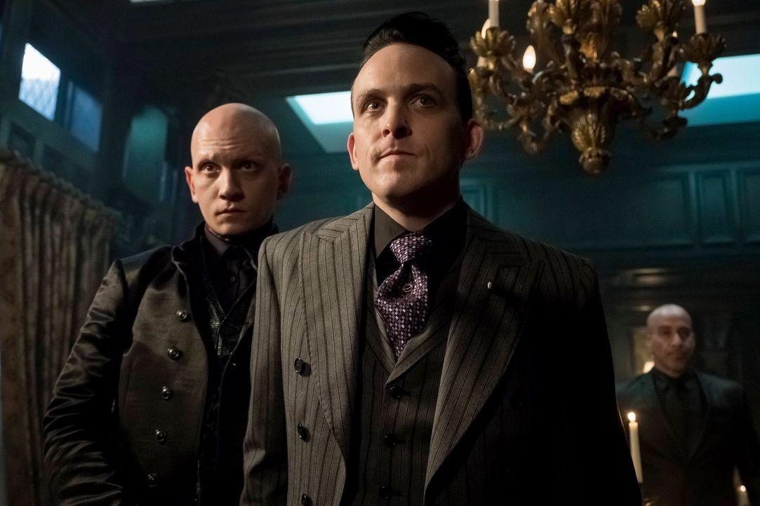 Victor (Anthony Carrigan, l.) und Pinguin (Robin Lord Taylor, r.) gefällt Sofias Rückkehr nach Gotham ganz und gar nicht, denn er wittert eine Revol... - Bildquelle: 2017 Warner Bros.