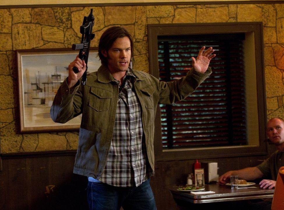 Gemeinsam mit seinem Bruder wird Sam (Jared Padalecki) über Nacht zu Amerikas meistgesuchtem Verbrecher. Zwei Leviathane geben sich in ihrer Gestalt... - Bildquelle: Warner Bros. Television