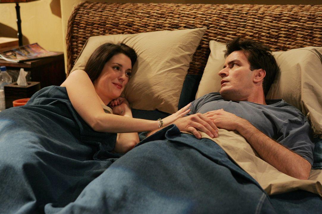 Als Charlie (Charlie Sheen, r.) eines morgens aufwacht, bekommt er einen Schreck, denn seine Nachbarin Rose (Melanie Lynskey, l.) liegt neben ihm ... - Bildquelle: Warner Brothers Entertainment Inc.