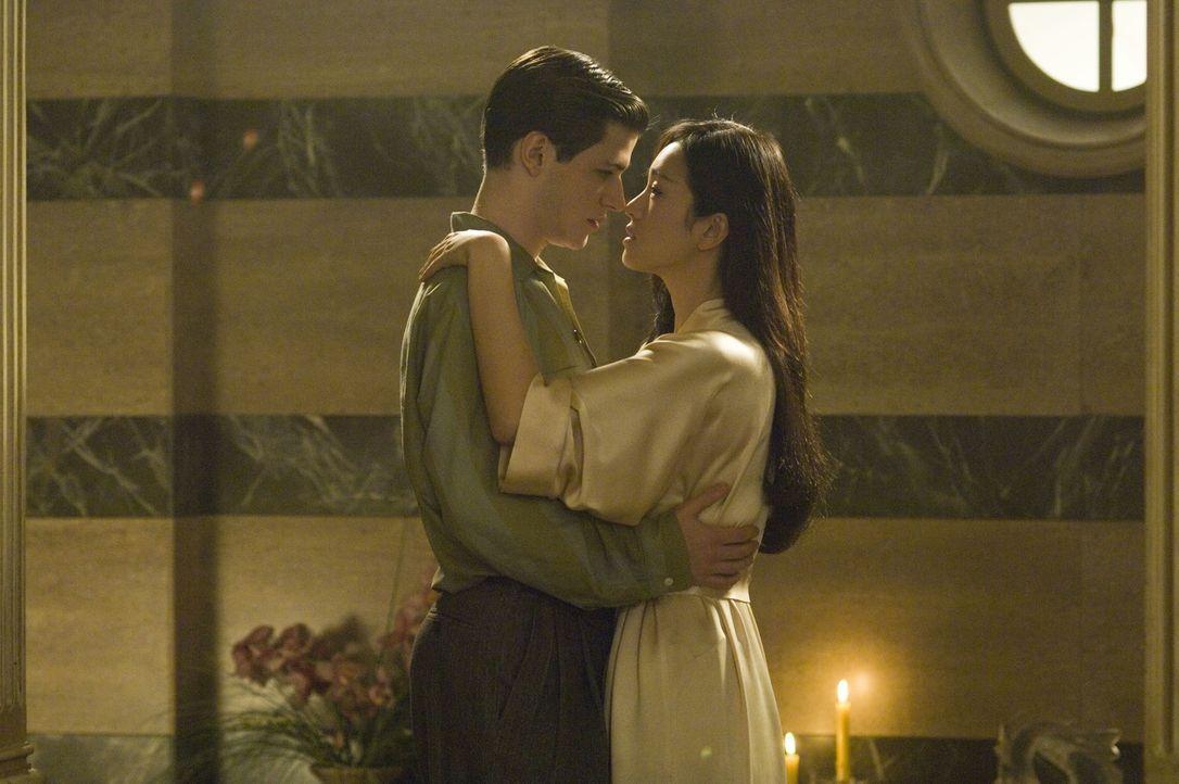 Als Hannibal Lecter (Gaspard Ulliel, l.) von seinem Onkel und seiner Tante, Lady Murasaki Shikibu (Gong Li, r.), adoptiert wird, blüht das verstörte... - Bildquelle: Tobis Film