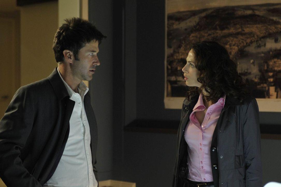 Die Agenten Myka (Joanne Kelly, r.) und Pete (Eddie McClintock, l.) müssen einen verrückten Kunstliebhaber stoppen, der durch den Besitz einer ganz... - Bildquelle: Philippe Bosse SCI FI Channel